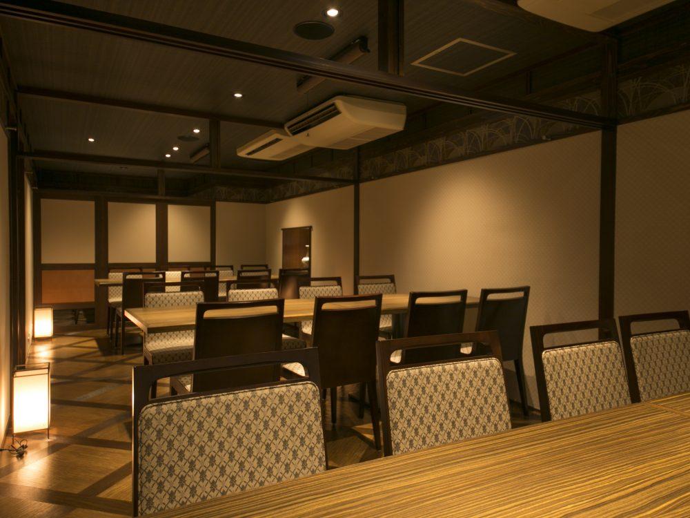 お座敷個室宴会席は最大35名様までご用意しております。柔らかな灯で、かしこまらず和やかな食事の場を楽しめます。